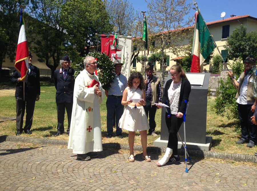 Dopo la Benedizione di dron Carlo Giorgi, Giuditta (5^ elementare) ed Elisa (3^ media) leggono l'elenco dei nomi dei firenzuolini morti nei Lager.