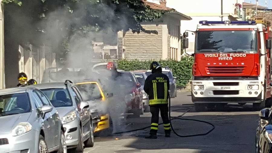 incendio-auto-vigili-2017-1