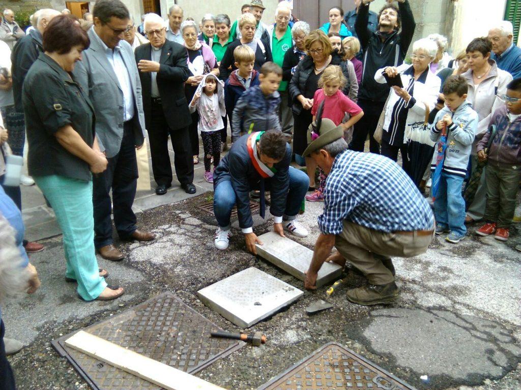 Il sindaco Triberti posa la prima pietra dei lavori di rifacimento del centro storico di Crespino