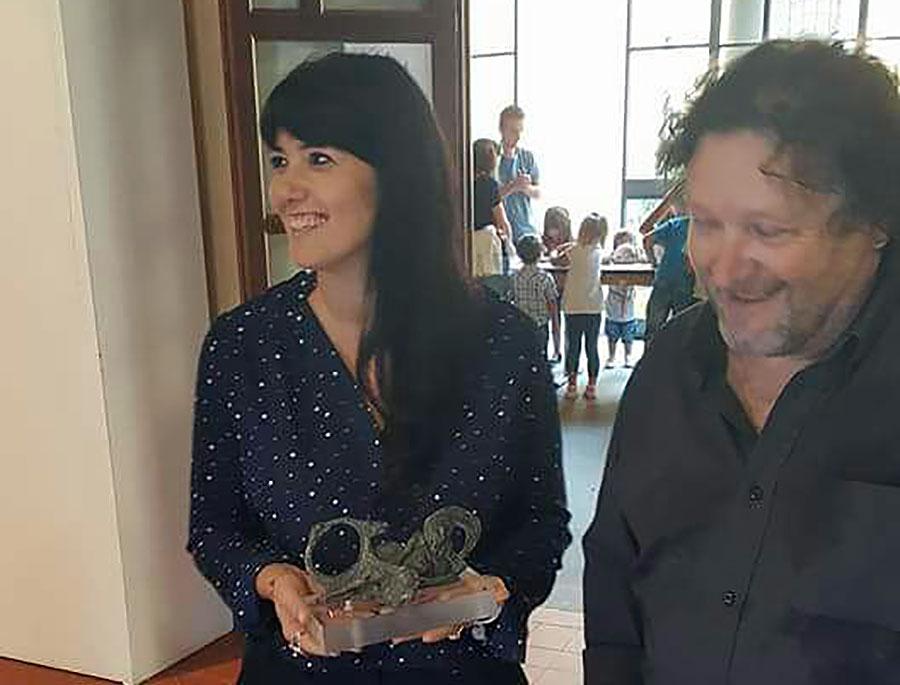 L'artista Michele Niccolai regala all'assessore alla Cultura Cristina Becchi una chimera realizzata in argilla