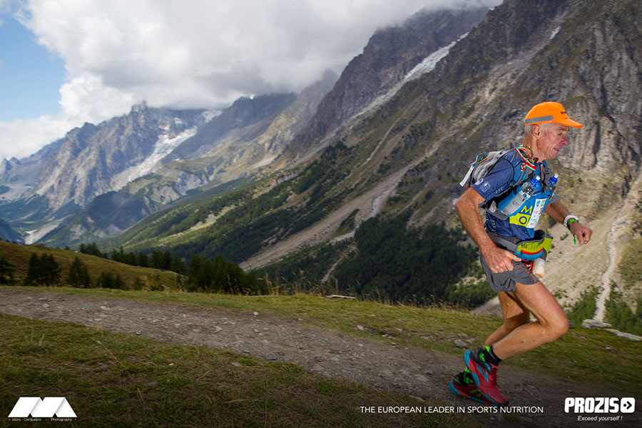 Moreno Benassi durante il passaggio al Rifugio Bonatti nel versante Italiano del Monte Bianco