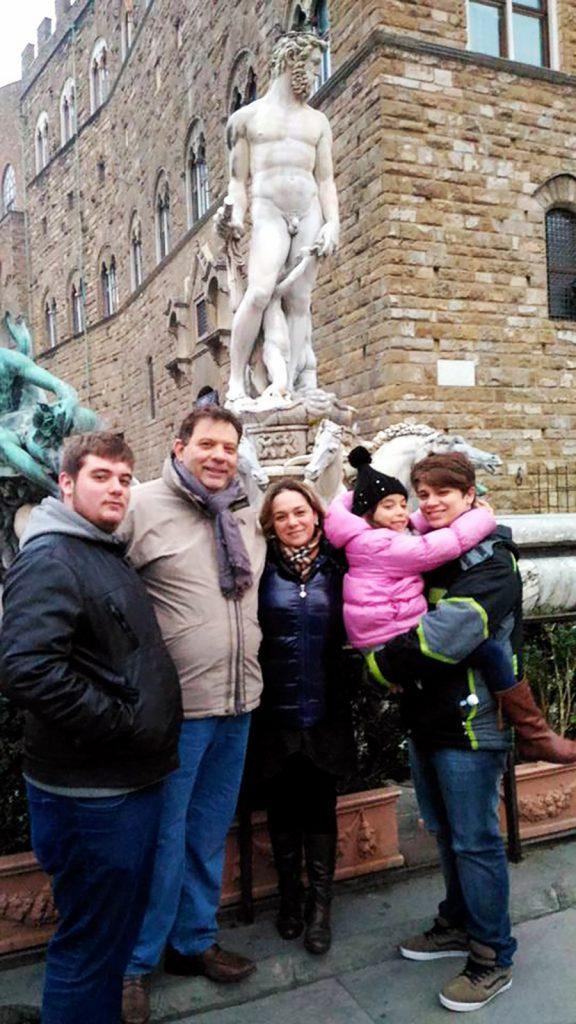 Massimo insieme alla sua famiglia in piazza Signoria a Firenze