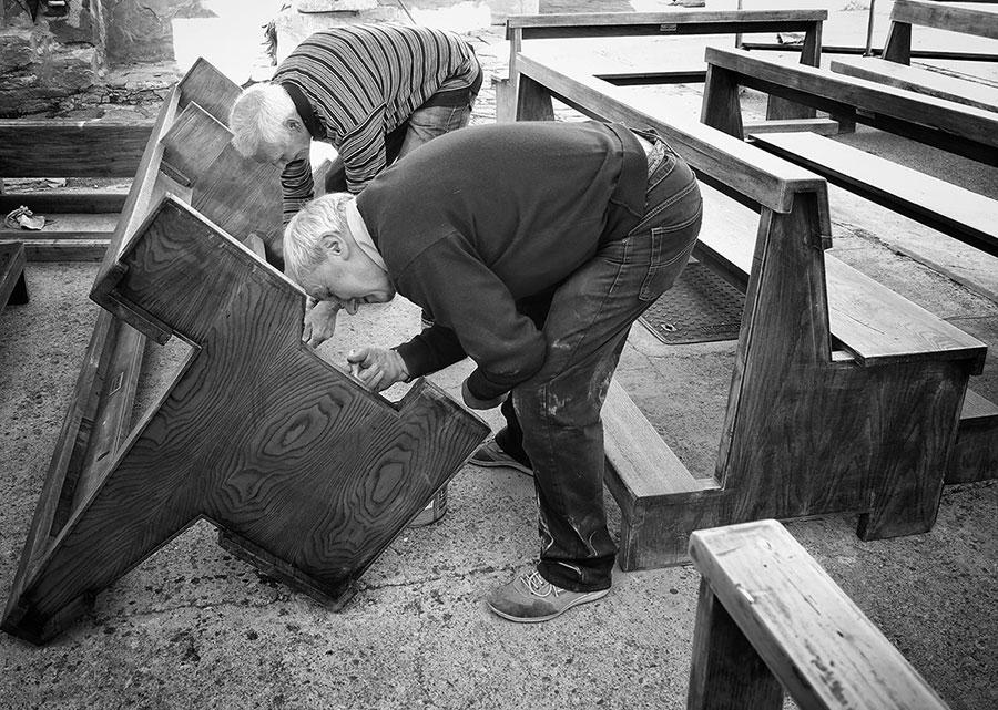 Parrocchiani di ogni età al lavoro per sistemare la chiesa di San Pietro per il 14 ottobre, data della riapertura dopo i lavori di ristrutturazione