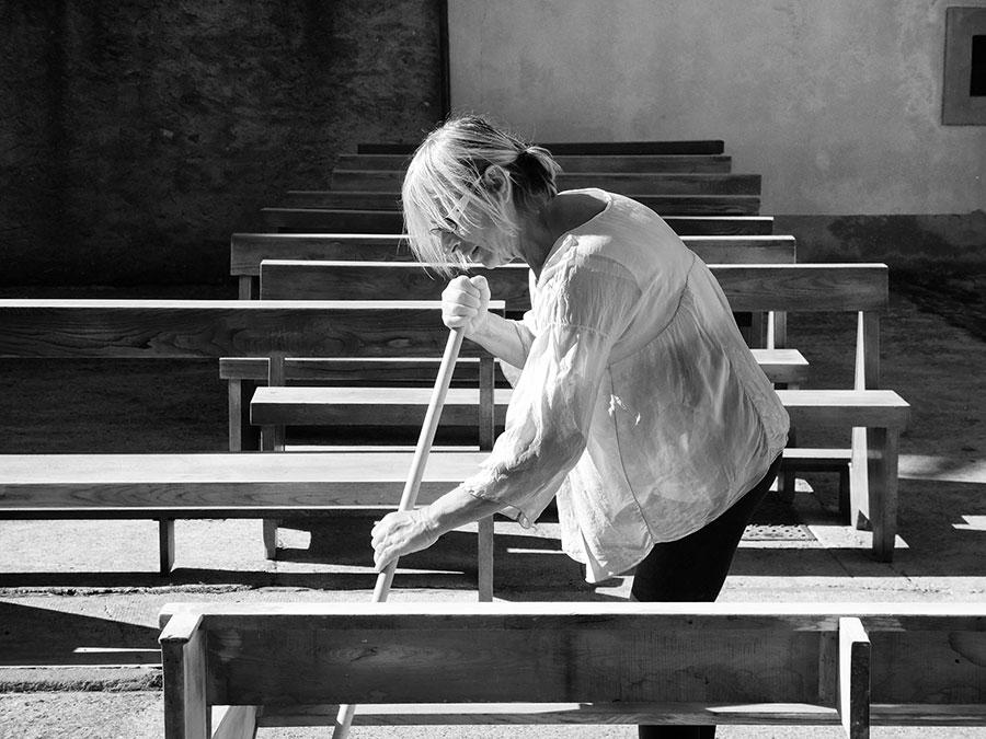 Parrocchiani di ogni età al lavoro per sistemare la chiesa di San Pietro per il 14 ottobre, data della riapertura dopo i lavori di ristrutturazione. Foto di Antonella Bertaccini