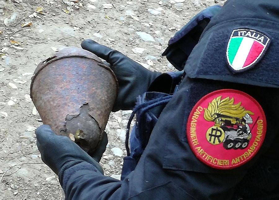 bomba-carabiniere-ordigno-bellico