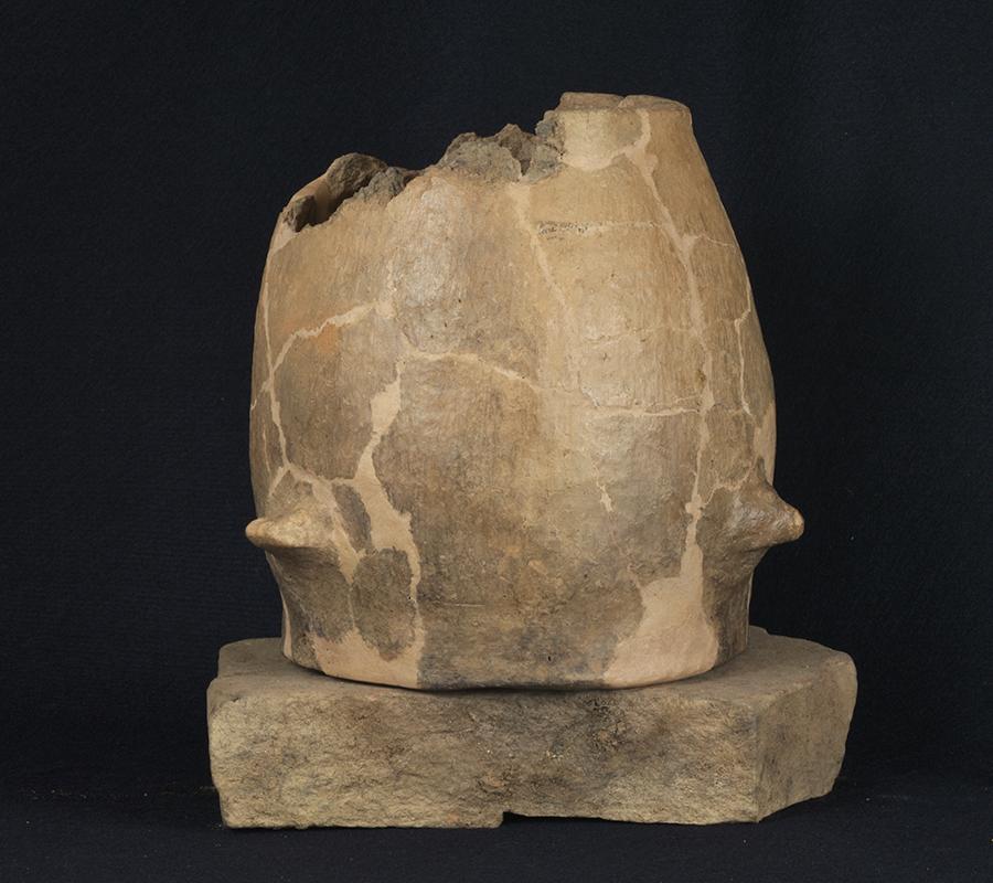 olla-in-impasto-rovesciata-recuperata-nella-fossa-fondazione-agger-VII-secolo-aC